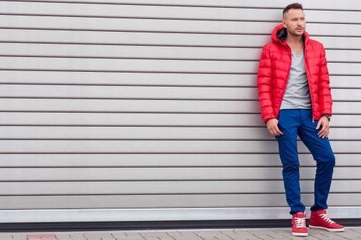Jak nosić czerwone buty sportowe w męskich stylizacjach